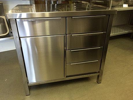 egyedi gyártású rozsdamentes vendéglátóipari konyhai előkészítő munkaasztalok munkapultok